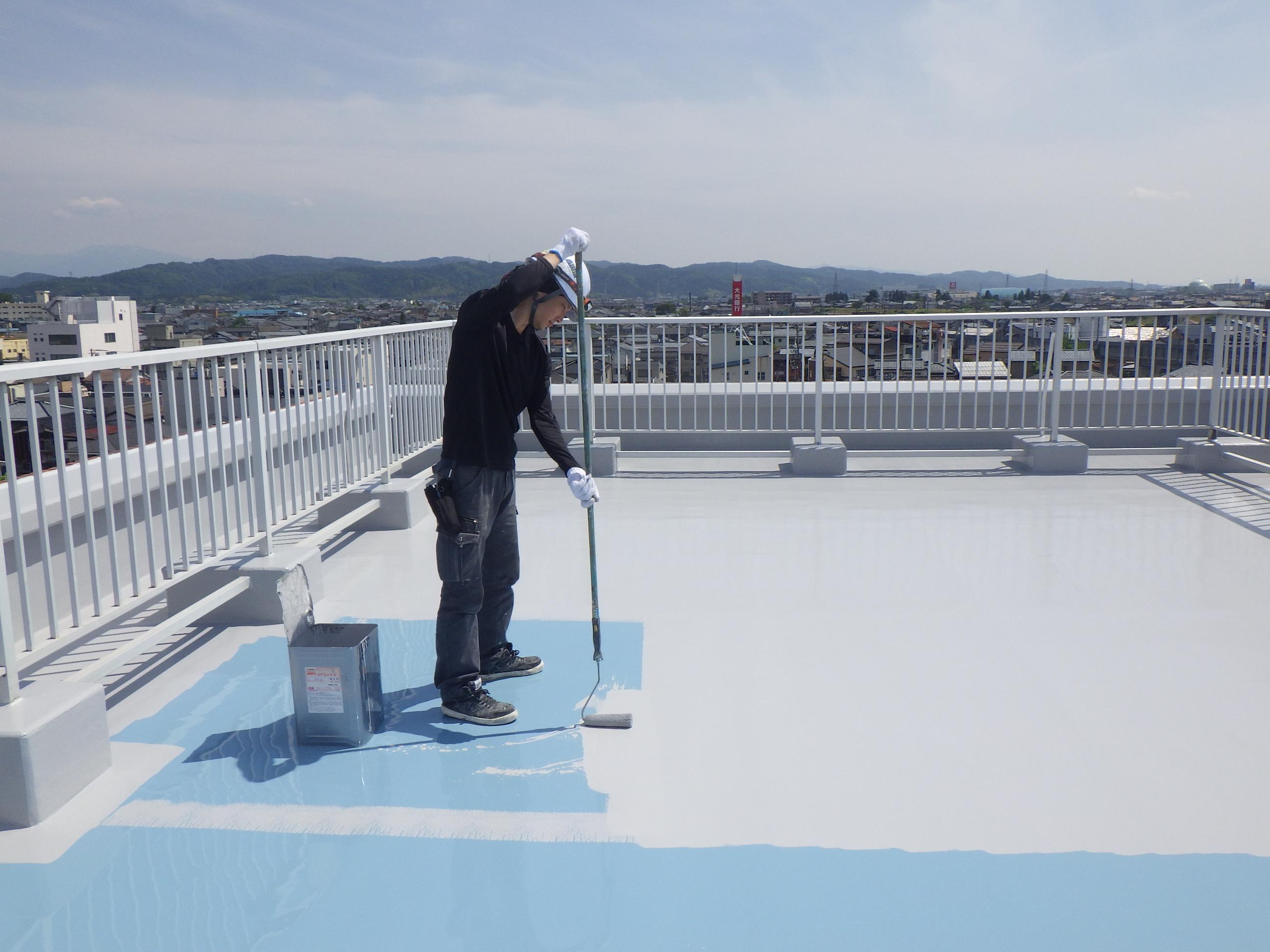 某社様屋上防水改修工事の最終工程です。