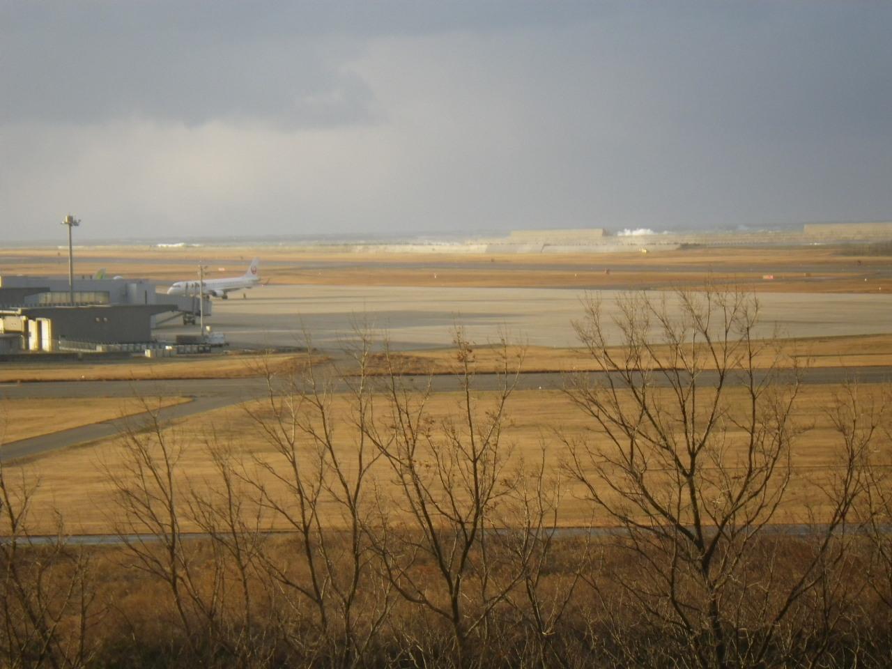 12月28日(土)強風下の日本海と新潟空港