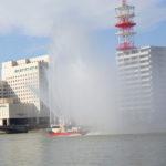 信濃川で放水船・・・・・・